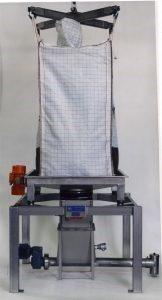Frontalansicht einer Big-Bag Entleerstation. Der Big-Bag hängt in einem Krangestell. Der Auslass ist in einer Klemmbrille befestigt und führt zu einer Förderschnecke.