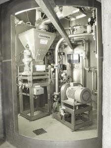 CAVIDOS Dosiersystem mit Rahmen für Wägezellenaufbau und einer CAVITRON Dispergiermaschine in einem Silounterbau verbaut.