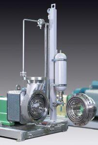 CAVITRON CD1078 mit Speerdruckanlage. Das Rotor-Statorsystem ist aufgeklappt, sodass der Produktraum und die Werkzeuge zu sehen sind.