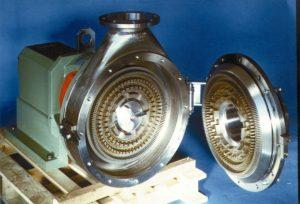 Eine CAVITRON CD1070 auf einer Pallette befestigt und mit grün lackiertem Lagerstuhl. Das Rotor-Stator System ist geöffnet, sodass die Verzahnung der Werkzeuge zu sehen sind.