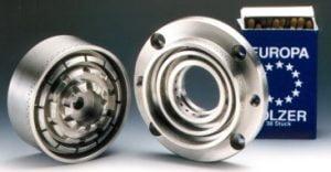 Ein Rotor/Statorsystem einer CAVITRON CD1000. Im Hintergrund ist zum Größenvergleich eine Streichholzpackung. Beide sind ungefähr gleich groß.