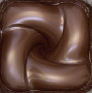 Strudel einer braunen, glatten Masse