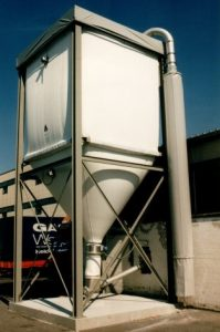 A textile silo hanging in a grey frame. On top of it you can see the border of a weather protection. Underneath there is a part of a conveyor screw.